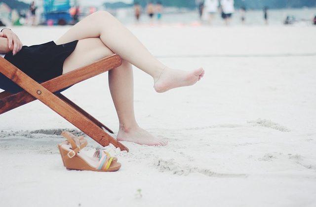Piedi gonfi dopo il parto cesareo: cause e rimedi